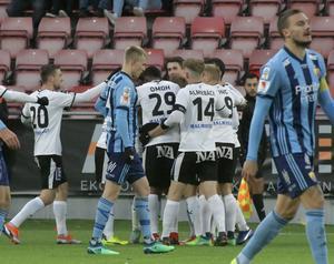Filip Rogic (till vänster) gratulerar Nordin Gerzic till 1–1-målet som han själv låg bakom. Foto: Conny Sillén/TT
