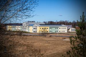 Arbogas vård- och omsorgschef svarar på kritik rörande hyror och utrustning på det nybyggda äldreboendet Åspegeln.