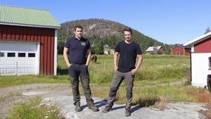 Oscar och Alexander Westerlund med Burberget i bakgrunden.