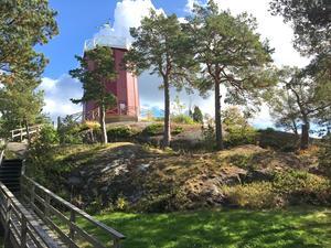 På ett berg väster om vattentornet på Trehörningen planerar Nynäshamns Fastighets AB att bygga fyra hus med sammanlagt 20 lägenheter.