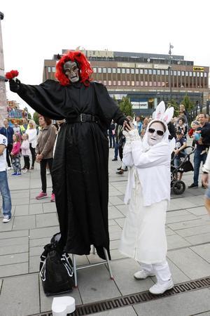 Demon och Ängel höll sitt eget dansframträdande.