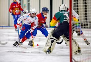 Alexander Kashtanov gjorde två mål i 5-5-matchen mot UNIK i lördags.  Foto: Jörgen Hjerpe/Västanfors Bandy