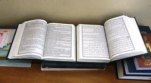 Bild på Gamla testamentet översatt till Shuwa, eller Tchad-arabiska som väntar på tryckning.  Det högra exemplaret skrivet med arabiska skrivtecken och det vänstra, samma översättning men med romerska skrivtecken. Foto Kent Sjöberg.