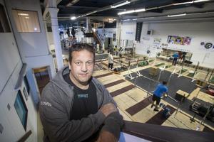 Anders T Bergström äger och driver gymmet Fyshuset på nedre Brynäs. Lokalerna är på 3 000 kvadratmeter och en gång i tiden var detta Skoglund och Olsons gjuteri där bland annat vedspisar tillverkades. Nu bedrivs träningen här under hans paroll: