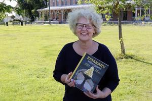 Viola Adamsson med sin bok