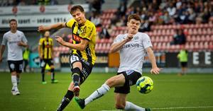 Albin Granlund var millisekunden för sent ute när Viktor Lundberg dunkade in 2–0 för Häcken. Ett mål som skulle visa sig bli matchavgörande. Foto: Johan Bernström / BILDBYRÅN