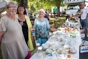 Kerstin Furustam, Liv Lundén och Ullabritt Munck engagerar sig i Siljansnäsdagen, bland annat genom att plocka fram saker till ett helt loppisbord.