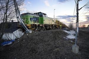 Ett godståg lastat med timmer har spårat ur i centrala Ånge.
