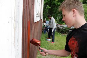 Det finns många olika sommarjobb att söka. Här är det feriearbetare som målar om hembygdsgården på Tynderö.