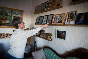 Det finns en hel vägg med bilder på alla barnbarnen i Doris villa i Sösjö. På mittenraden är det Elias Pettersson i fokus, längst upp är det storebrorsan Emil och runt om skymtar kusinerna.