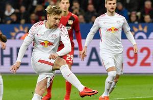 Emil Forsberg gör mål på straff under en ligamatch med Leipzig. Bild: TT Nyhetsbyrån.