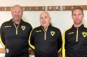 """Salih Resulovic (mitten) tillsammans med assisterande tränaren Mikael """"Charlie"""" Bengtsson och huvudtränare Mikael Wiker när trion presenterades inför säsongen. FOTO: Arboga Södra"""
