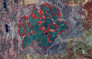 Foto: Lantmäteriet. På denna karta är brandområdet vid Trängslet inringat med rött. Bilden är tagen med infraröd teknik – det brandskadade området får då grön färg.