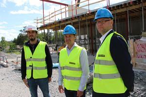 Tillförordnade grundskolechefen Niclas Gustavsson inspekterar bygget av nya Bålbroskolan. I mitten barn- och skolnämndens ordförande Robert Beronius (L) och till vänster Credentias Miguel Ponce-Bonazzi.