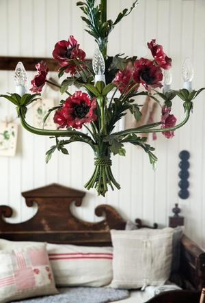 Lampan över köksbordet är från förra sekelskiftet, den har Helena ärvt från sin bror och svägerska.
