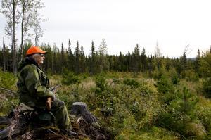En jägare sitter på sitt pass och väntar. Foto: Mostphotos