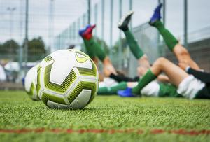 För att en fotbollsspelare ska ha en chans att uppfylla hela sin potential krävs att flera olika saker samspelar från unga år. Inte minst viktiga är de tränaren spelaren möter på sin väg. Foto: Mats Schagerström/TT