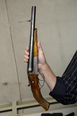 En man åtalas bland annat misstänkt för två grova vapenbrott. (Vapnet på bilden har inget med åtalet att göra).