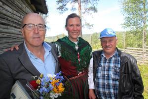 Kulturpristagaren Hasse Ström, kommunalrådet Stina Munters och årets kulturpristagare Sven-Åke Andersson.