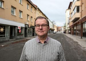 Peter Henriksson (M) saknar fortfarande svar på varför Borlänge kommuns kostnader för äldrevården är mycket större än för jämförbara kommuner.