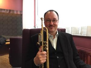 Jazzartisten, trumpetaren och sångaren Peter Asplund ger sin traditionella julkonsert på Estrad.