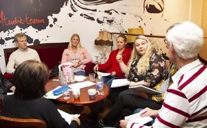 Föräldrarna Johan Söderlund, Marie Larsson, Jenny Mangseth och Rebecca Carlsson frågade ut politiker under hel eftermiddag.