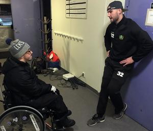 Anton Bäck snackar ner matchen med Malungs målvakt Isac Ohlsson.