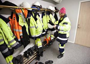 SKYDDSKLÄDER PÅ. Varningsfärger på kläderna, grova kängor och hjälm är måsten när man rör sig i containerterminalen. Skyddsföreskrifterna är stränga.
