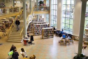 Hotad mötesplats. På stadsbiblioteket i centrum finns allt möjligt att läsa.