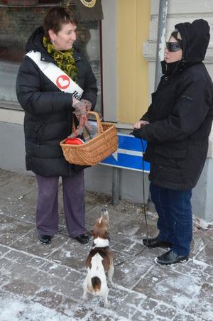 Louise Hardenberg har nyss ätit frukost och tackar nej till kaffet som Eva Marcusson vill bjuda på. Hunden Anton ser ut att vara sugen på godsakerna i korgen.