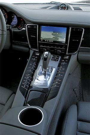 En rejäl uppsättning knappar och reglage för föraren att hantera. Här kan till exempel bilens chassi- och motortemperament finjusteras från bekväm lyxkryssare till knallhård sportvagn. Dubbelkopplingsväxellådan har sju steg.