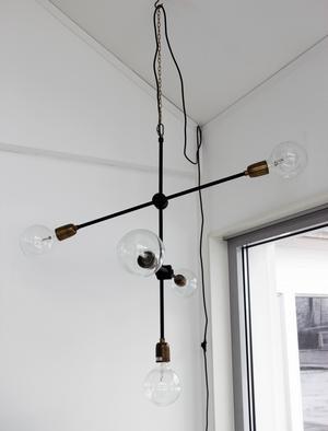 Den snygga taklampan köpte Therese i en butik i Kungsgården.