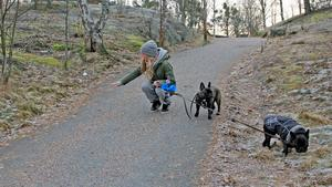 Sanna-Li Ebbersten visar hur ståltråden satt spänd över gång- och cykelvägen, mitt i nedförsbacken, när hon var ute med sina franska bulldogar Ejvor och Ulvis i fredags morse.