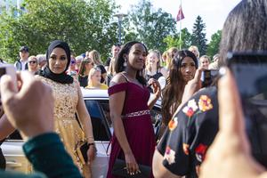 Det blev trångt för fotograferna när Kaha Sardeie (mitten) och hennes vänner anlände till balen.