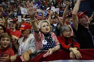 Många väljare stödjer fortfarande sin president Donald Trump. Här en bild från senaste valkampanjen i början av november. (AP Photo/Evan Vucci)