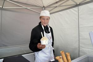 Elias Persson har sommarjobbat på Nora glass över sommaren.