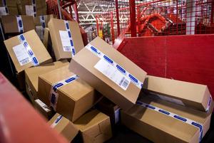 Paket från när och fjärran förvårar för fysiska butiker.