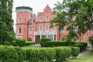 Numera är Boo slott rosarött, eller oxblodsrött som arkitekt Johan Åbom beskrev när han ritade byggnaden.