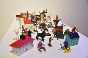 Leksaksfigurer är en del av Johan Nyströms utställning på Kulturkiosken.