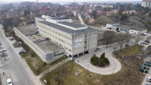 Sjukhusbyggnaden i Nynäshamn har en mycket sliten fasad.