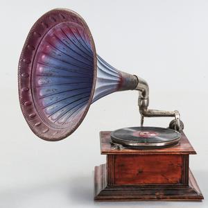 Antik trattgrammofon. Utropspris var 300 euro på Bukowskis Market.