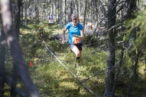 Maja Falk, vinnare i damklassens 21 kilometer, i skogen efter knappt halva loppet.