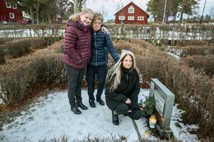 Det blev en stund för eftertanke för Signe Rohlig och hennes döttrar  Marianne Olsson till vänster och Maria Rohlig.