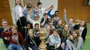 Vinnarna av Schackfyran i Västmanlands län 2018 var Tuppkärsskolan 4:4 Surahammar. Tävlingen tog plats i Kungsörs sporthall. Foto: Urban Lundbäck