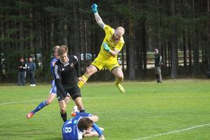 Daniel Lövgren på en av många flygturer när Rengsjö satte tryck med flera farliga frisparkar.