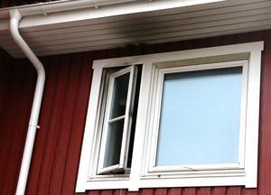 Branden var explosionsartad och lågorna slog ut genom fönstret. Foto: Privat