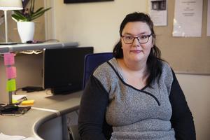 Emma Lif jobbar ofta i receptionen på Fontänhuset. Hon ringer också så kallade reach-outsamtal, till de medlemmar som inte dyker upp eller varit borta länge.