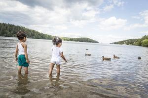 Att bara hänga med barnen på Mälarbadet är bra för själen. Mår barnen bra, mår föräldrarna bra – så enkelt är det, det behöver man inte vara forskare för att slå fast även om allt fler rapporter visar att så är fallet.