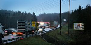 Många bilar fastnade i köerna på E4 söderut efter två trafikolyckor på fredagseftermiddagen.