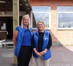Från vänster Anna Druvefors och Ulrica Elrtez utanför skolbyggnaden. De undervisar årskurs fem och årskurs tre och fyra.
